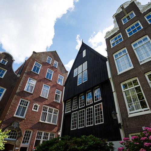 Houten huis in de Begijnhof in Amsterdam
